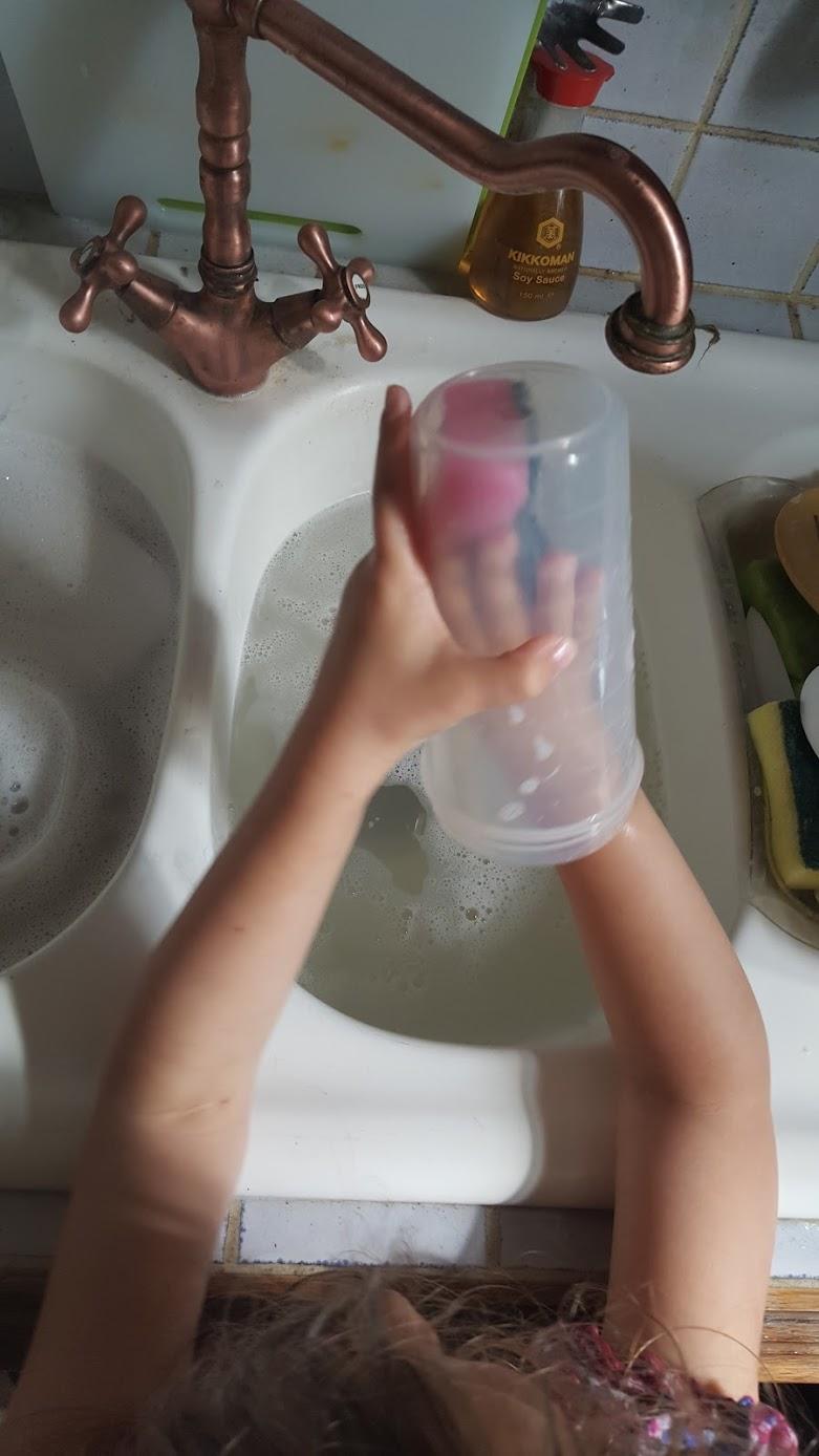 Mais bien sûr maman que je peux t'aider a faire la vaisselle.
