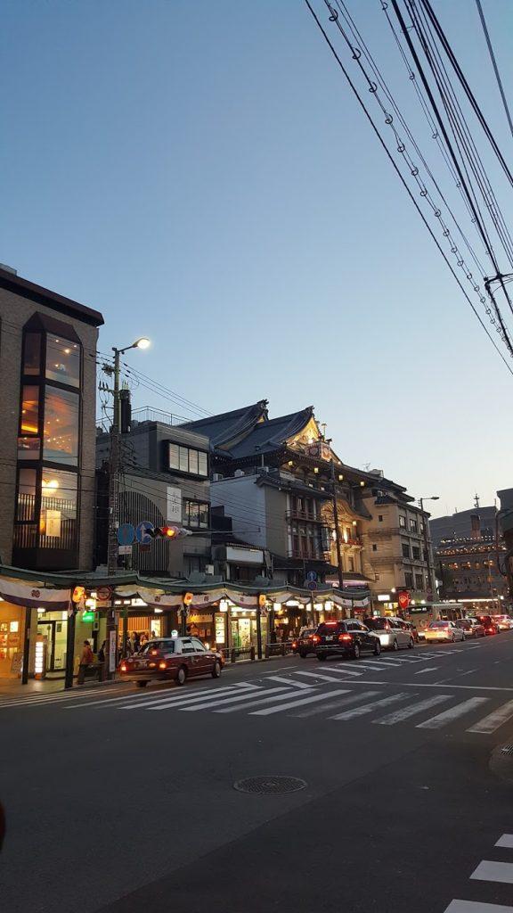 Toits de style ancien et magasins modernes